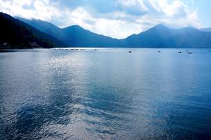 日陰る初秋の中禅寺湖の写真素材 [FYI01182954]