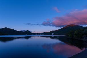 早朝の榛名湖の写真素材 [FYI01183035]