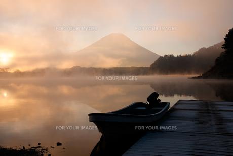 早朝の精進湖と富士山の写真素材 [FYI01183037]