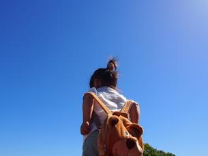 雲ひとつない青空に立つ子供の写真素材 [FYI01183459]