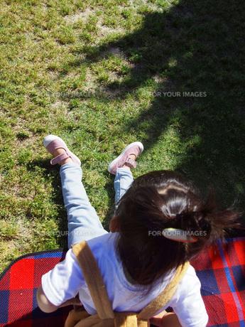 芝生の上で座り休むおだんご頭の子供の写真素材 [FYI01183461]