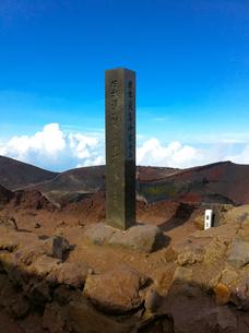 富士山頂 最高峰の石碑の写真素材 [FYI01183468]