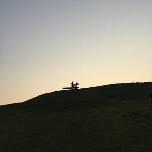 夕暮れの丘での写真素材 [FYI01183533]