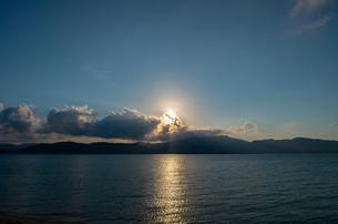 夕日が沈む西表島の写真素材 [FYI01183743]