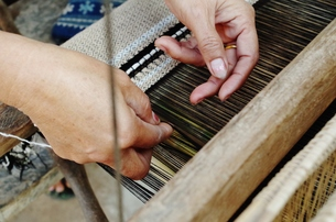 woman's weaving handsの写真素材 [FYI01183808]