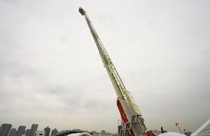 最大に延長された消防自動車のはしごの写真素材 [FYI01183924]