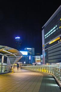 夜の新横浜駅前の風景の写真素材 [FYI01184277]