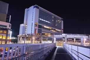 夜の新横浜駅前の風景の写真素材 [FYI01184281]