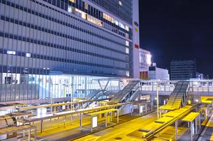 夜の新横浜駅前の風景の写真素材 [FYI01184282]
