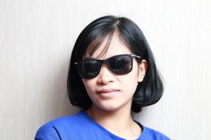 サングラスをかけた女性の写真素材 [FYI01184303]