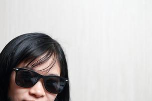 サングラスをかけた女性の写真素材 [FYI01184305]