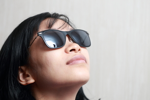 サングラスをかけた女性の写真素材 [FYI01184306]
