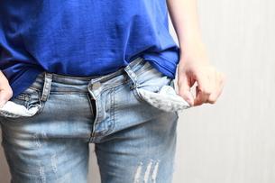 お金がない女性の写真素材 [FYI01184309]
