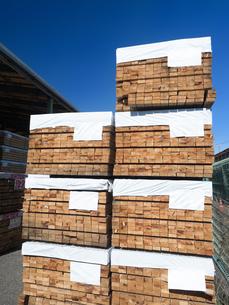 積み上げられた材木の写真素材 [FYI01184370]