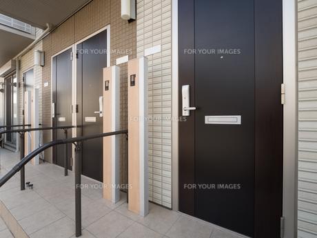 集合住宅の玄関の写真素材 [FYI01184384]