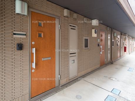 集合住宅の玄関の写真素材 [FYI01184389]