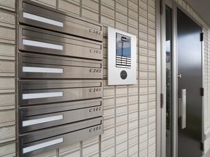 集合住宅の集合ポストの写真素材 [FYI01184404]