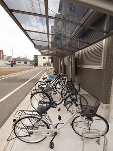集合住宅の駐輪場の写真素材 [FYI01184408]