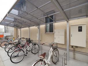 集合住宅の駐輪場の写真素材 [FYI01184409]