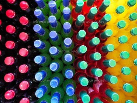 色とりどりのジュースの瓶の写真素材 [FYI01184498]