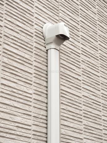 住宅外壁の配管の写真素材 [FYI01184543]