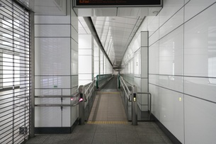 新宿副都心4号街路地下道 動く歩道の写真素材 [FYI01184671]