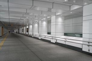 新宿副都心4号街路地下道 動く歩道の写真素材 [FYI01184672]
