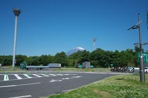 東名高速道路足柄サービスエリアから見える富士山の写真素材 [FYI01184674]
