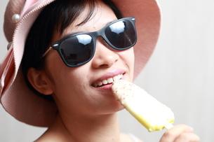 アイスクリームを食べる女性の写真素材 [FYI01184745]