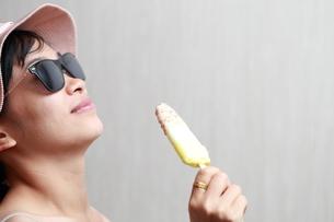 アイスクリームを食べる女性の写真素材 [FYI01184747]