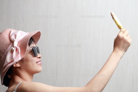 アイスクリームを食べる女性の写真素材 [FYI01184749]