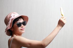 アイスクリームを食べる女性の写真素材 [FYI01184750]