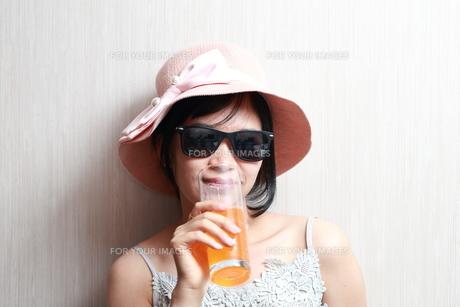 ジュースを飲んでいる女性の写真素材 [FYI01184751]