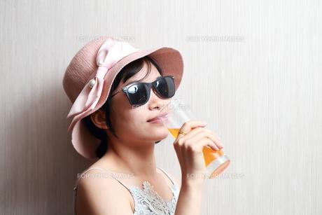 ジュースを飲んでいる女性の写真素材 [FYI01184752]