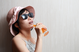 ジュースを飲んでいる女性の写真素材 [FYI01184753]