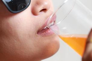 ジュースを飲んでいる女性の写真素材 [FYI01184756]
