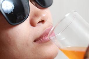 ジュースを飲んでいる女性の写真素材 [FYI01184757]