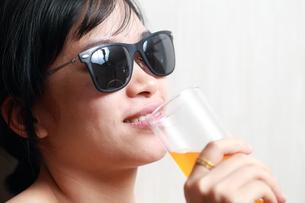 ジュースを飲んでいる女性の写真素材 [FYI01184759]