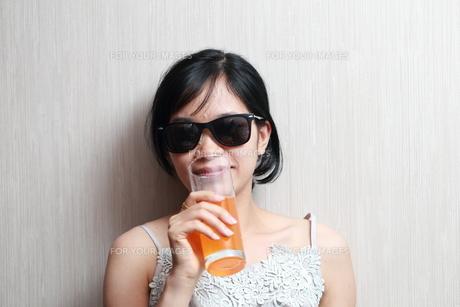 ジュースを飲んでいる女性の写真素材 [FYI01184760]