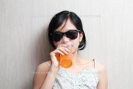 ジュースを飲んでいる女性の写真素材 [FYI01184761]