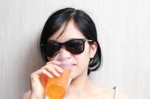 ジュースを飲んでいる女性の写真素材 [FYI01184762]