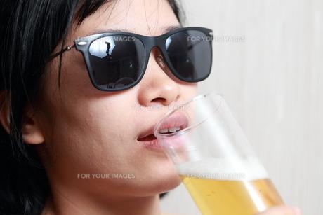 ビールを飲んでいる女性の写真素材 [FYI01184769]