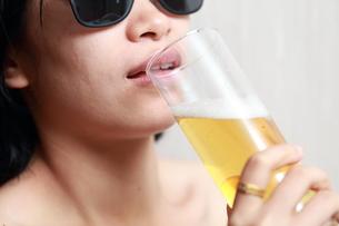 ビールを飲んでいる女性の写真素材 [FYI01184770]