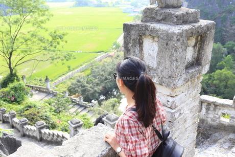 ベトナム、タムコックを旅行する若い女性の写真素材 [FYI01184960]