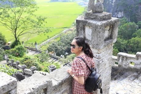 ベトナム、タムコックを旅行する若い女性の写真素材 [FYI01184961]