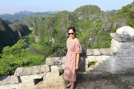 ベトナム、タムコックを旅行する若い女性の写真素材 [FYI01184963]