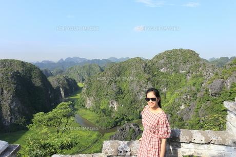 ベトナム、タムコックを旅行する若い女性の写真素材 [FYI01184964]