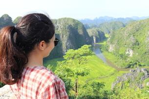 ベトナム、タムコックを旅行する若い女性の写真素材 [FYI01184965]