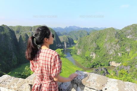 ベトナム、タムコックを旅行する若い女性の写真素材 [FYI01184966]