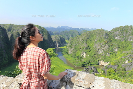 ベトナム、タムコックを旅行する若い女性の写真素材 [FYI01184967]